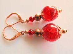 Oorbellen Copper Red Crackle rode crackle glaskralen met koperen kraaltjes en filigrain kralenkapjes. geheel koper.