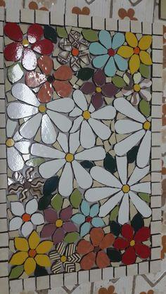 tabuleiro mosaico em andamento Mosaic Tray, Mosaic Tile Art, Mosaic Pots, Mosaic Artwork, Mosaic Garden, Mosaic Crafts, Mosaic Projects, Mosaic Glass, Mosaics