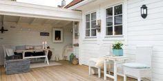 OVERBYGGET TERRASSE: Familien laget en lun, liten hagestue i forlengelse av terrassen.