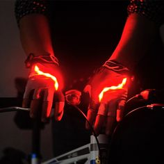 Перчатки со светодиодами для того, чтобы показывать водителям на дороге направление вашего движения на велосипеде в тёмное время суток. http://got.by/1twjzb