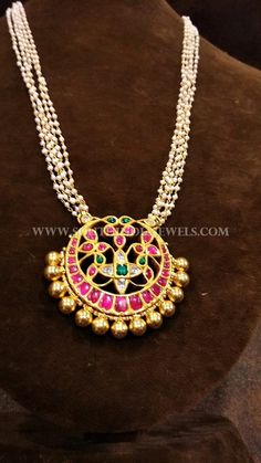 Gold Pearl Chain Wit Gold Pearl Chain With Antique Ruby Pendant Designs. Emerald Jewelry, Pearl Jewelry, Indian Jewelry, Bridal Jewelry, Beaded Jewelry, Gold Necklace Simple, Pretty Necklaces, Simple Jewelry, Bold Necklace
