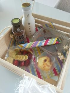 Desayuno sorpresa de cumpleaños Cup Cakes, Gift Baskets, Latte, Diy And Crafts, Box, Gifts, Home, Decorations, Ornaments