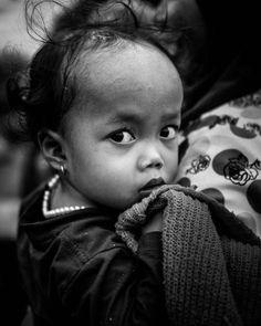 Des visages des figures Au Cambodge @arnoldjerocki met à contribution l'Olympus PEN-F avec le 25mm pour saisir et immortaliser les émotions nées de ses rencontres tout au long de son reportage. Photo : @arnoldjerocki / #OlympusPEN-F / M.ZUIKO DIGITAL ED 25mm 1:1.2 PRO #Olympus #Zuiko #igers #shotoftheday #picoftheday #OMDRevolution #Cambodia #blackandwhite #MyOlympus #photojournalism #child #eyes #portrait via Olympus on Instagram - #photographer #photography #photo #instapic #instagram…