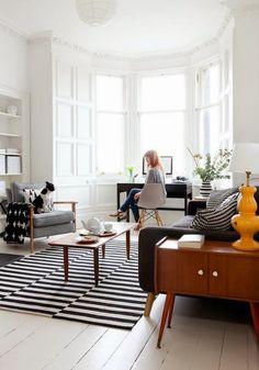 Transformar um ambiente em um espaço multifuncional não é apenas necessidade de quem mora em apartamento pequeno. Lofts e casas espaçosas também optam por esta alternativa, principalmente quando investem em ambientes integrados. Além de funcional, esta opção aproveita ao máximo o espaço dos cômodos da casa. Existem algumas combinações que costumam dar certo: Sala deLeia mais