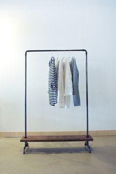 Für den besonderen Wohnstil.Die aus schwarzen Eisen- rohr hergestellte Kleiderstange wirkt zeitlos lässig und passt zum heutigen Lifestyle.Einfach,einfach schön.Das Ablagebrett besteht aus 40mm...