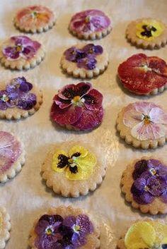 I love edible flowers.  Pansies on cookies!  http://www.milejardin.com/blog/item/26-flores-comestibles-pensamientos