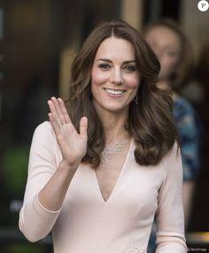 """Kate Middleton quitte l'exposition """"Vogue 100: A Century of Style"""" au National Portrait Gallery à Londres le 4 mai 2016."""