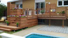 Terrasse intime à deux paliers en bois traité brun réalisée dans le cadre de l'émission Deck possible.