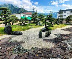 Bild könnte enthalten: 1 Person, Wolken, Himmel, Baum, Pflanze, im Freien und Natur Zen Rock Garden, Sidewalk, Outdoor, Heavens, Tree Structure, Plants, Side Walkway, Walkway, Walkways
