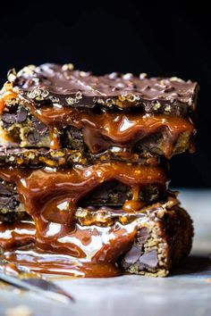 Five Approaches To Economize Transforming Your Kitchen Area Mocha Caramel Crunch Chocolate Chip Cookie Bars. Just Desserts, Delicious Desserts, Yummy Food, Desserts Diy, Health Desserts, Vegan Desserts, Cookie Recipes, Dessert Recipes, Dessert Ideas
