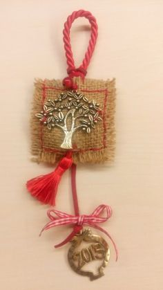 Stevi γουρι 2015 Dyi Crafts, Christmas Projects, Christmas Crafts, Christmas Decorations, Christmas Ornaments, Christmas 2019, Pomegranate, Handicraft, Holiday Fun