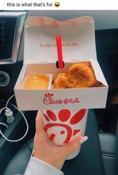 Chick-Fil-A customers found a convenient loophole in the company's packaging to turn a cup and straw into a portable table for nuggets but it ain't what Junk Food, Comida Disney, Food Porn, Snack Recipes, Snacks, Food Goals, Useful Life Hacks, Amazing Life Hacks, Aesthetic Food