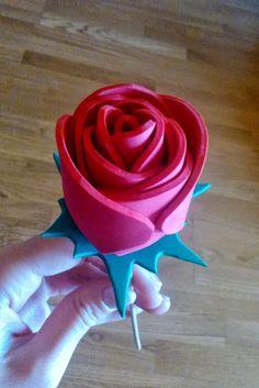 DIY Realiza flores con goma eva | Decorar tu casa es facilisimo.com Rose Crafts, Flower Crafts, Felt Crafts, Diy And Crafts, Crafts For Kids, Arts And Crafts, Felt Flowers, Paper Flowers, Ideas Aniversario