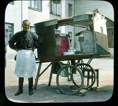 Снимок сделан американским фотографом Бренсоном Деку, посетившим СССР в начале 1930-х годов. Фотография раскрашена анилиновыми красками. На кадре ― повседневная жизнь советской столицы