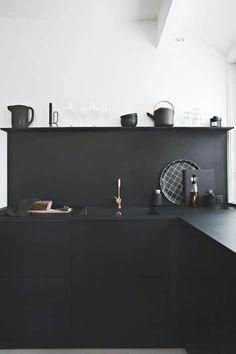Aujourd'hui la tendance est à la cuisine noire, encore faut-il oser passer le cap par petites touches ou total look. Voici 3 astuces pour vous convaincre !