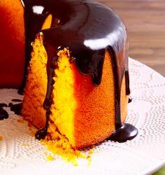 De massa fofinha, laranja vibrante e uma irresistível cobertura de chocolate, a fórmula do bolo de cenoura conquistou lugar especial entre as receitas caseiras da família brasileira. Aprenda a fazer!