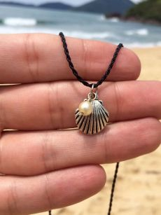 Sea shell and pearl necklace Hippie Jewelry, Cute Jewelry, Diy Jewelry, Jewelry Accessories, Handmade Jewelry, Jewelry Making, Skull Jewelry, Tribal Jewelry, Handmade Necklaces
