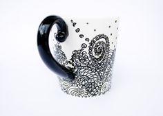 Kaffee Becher Hand gemalt. Kaffee-Haferl - schwarz und weiß-Becher  So reich, aber in seiner schwarz-weiß Kombination mit Silber Tropfen einfach