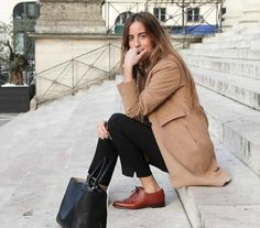 This combination of a camel coat and black dress pants is a surefire option when you need to look stylish in a flash. On the footwear front, this outfit is complemented brilliantly with brown leather oxford shoes. Habit Vintage, Look Oxford, Look Fashion, Womens Fashion, Fashion Trends, Classic Fashion, Classic Outfits, Fall Fashion, Classic Style