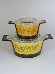 Harvest Promos with plastic huggers. Wow, didn't know that these dishes came with huggers. Vintage Kitchenware, Vintage Dishes, Vintage Glassware, Vintage Pyrex, Rare Pyrex, Pyrex Lids, Kitchen Reviews, Grandmothers Kitchen, Decadent Food
