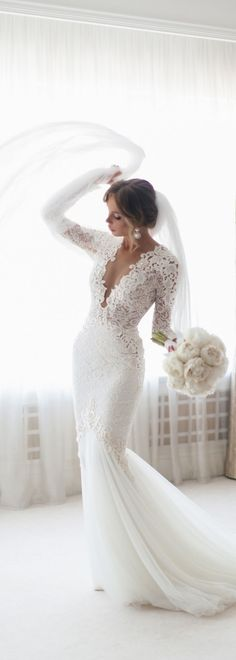 Elegant wedding dress. Ignore the future husband, for now let us focus on the bride-to-be who thinks about the wedding ceremony as the very best day of her life. With this fact, then it is definite that the wedding gown must be the best.