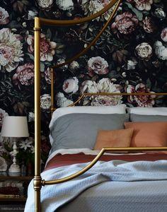 Dark floral wallpaper with brass bed Grand Litier, Le Cosy, Bold Wallpaper, Wallpaper Designs, Wallpaper In Bedroom, Flower Wallpaper, Unique Wallpaper, Ellie Cashman Wallpaper, Black Floral Wallpaper