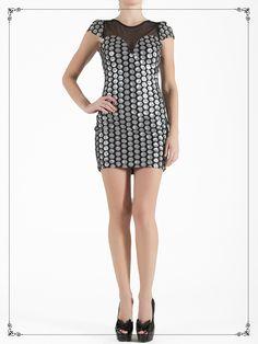 Vestido corto con detalles metálicos $1,319
