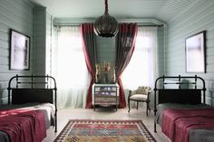 Фото интерьера гостевой деревянного дома в стиле кантри