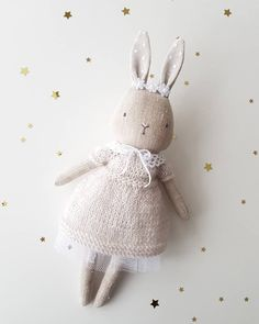 New little bunny. a bit smaller then the old ones. * … New little bunny. a bit smaller then the old ones. Doll Sewing Patterns, Sewing Dolls, Bear Patterns, Fabric Toys, Fabric Crafts, Paper Toys, Doll Crafts, Diy Doll, Softies