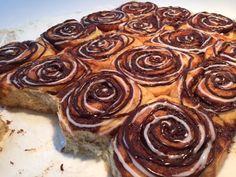 Lækre bløde kanelsnegle - her bagt i en bradepande, så du undgår de ligt tørre kanter. Selv dagen efter de er bagt er de lækre bløde. Super nem opskrift