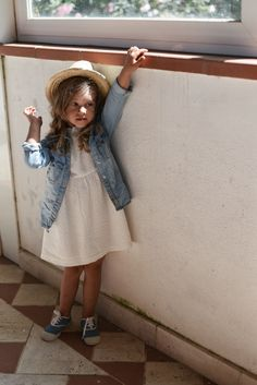 """""""... w tej stylizacji ta totalnie romantyczna sukienka w groszki nabiera zupełnie nowej osobowości."""" Do kupienia tu: https://madamnamnam.pl/sukienki/136-sukienka-golden-dots.html #sukienka #sukienkanalato #modadziecięca #moda #madamnamnam Źródło zdjęcia: http://ladnebebe.pl/sukienki/"""