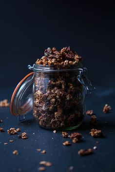 Popcorn-Mais 100 g Vollkorn-Haferflocken 50 g Pekannüsse * 50 g Kürbiskerne * 50 g gehackte Mandeln * 20 g Chiasamen * 20 g Kokosflocken 1 TL Zimt 1 TL Vanilleessenz 2 EL Kokosöl 200 ml Ahornsirup