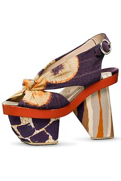 Kenzo - I should try to wear one of these japanese sandals...soon! =D