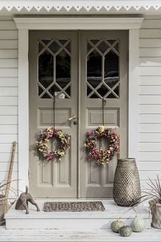 83 best modern farmhouse porch decor ideas easy to managed 15 Modern Farmhouse Porch, Farmhouse Front Porches, Cottage Homes, Cottage Style, Swedish House, Old Doors, Porch Decorating, My Dream Home, Exterior Design