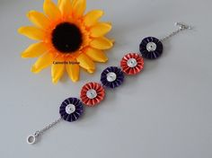 Bracelet capsules rouge clair et violet foncé avec 5 fleurs plissées