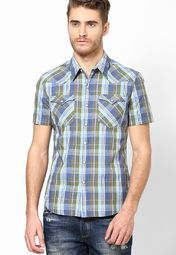 Show off a perfect combination of style and unmatched innovation as you wear this green coloured casual shirt from the house of Levi's®. This button-down shirt will be a delight for your skin as it is fashioned using quality cotton.