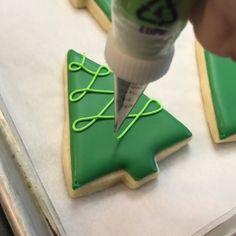 """🇧🇷Os Melhores Bolos do Mundo🇧🇷 on Instagram: """"Uma dica de biscoito decorado pro Natal. 🎄 Video by @sugarshots . . . . . . #bolosdoinstagram #confeitaria #confeiteira #confeiteiro…"""" Christmas Tree Cookies, Iced Cookies, Christmas Sweets, Christmas Cooking, Holiday Cookies, Cupcake Cookies, Fancy Cookies, Dessert Decoration, Holiday Baking"""