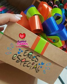 Cajas sorpresas Candy Gift Box, Candy Gifts, Fun Crafts, Diy And Crafts, Crafts For Kids, Birthday Diy, Birthday Gifts, Gift Wrapping Bows, Page Decoration