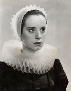 Elsa Lanchester on the set of Rembrandt directed by Alexander Korda, 1936 Vintage Witch Photos, Vintage Photos Women, Vintage Pictures, Classic Hollywood, Old Hollywood, Alice Brady, Murder By Death, Elsa Lanchester, Anne Of Cleves