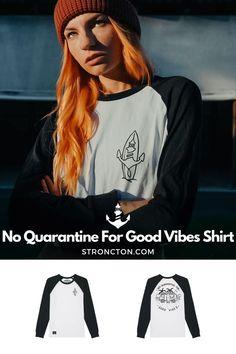 Good Vibes lassen sich nicht in Quarantäne stecken, es gibt genug andere Dinge für die wir dankbar sind. Das brandneue Longsleeve wurde aus 100 % hochwertiger Bio-Baumwolle unter fairen Bedingungen produziert. 1€ spenden wir an THE STRONCTON FOUNDATION. Ein Shirt zum Wohlfühlen, es ist super bequem sitzt und passt gut. Mehr nachhaltige Streetwear und Stuff findest du bei Stroncton im Online Shop. #longsleeve #t-shirt #stroncton #stronctonfamily #heartoverbucks #klamotten #fair #sustainable Good Vibes Shirt, Longsleeve, Baseball Shirts, My Outfit, Streetwear, Sweatshirt, Inspiration, Clothes, Collection