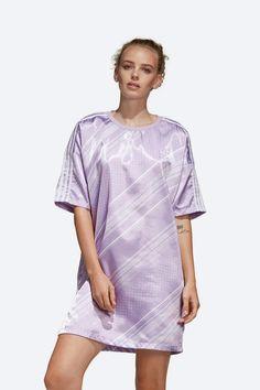Letní šaty adidas Originals Trefoil — lesklé saténové — světle fialové #dresses #summervibes #summerdresses #violet