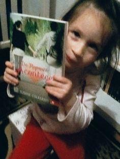 """Nyni e o livro """"De repende acontece"""" Cortesia da Editora Novo Conceito"""