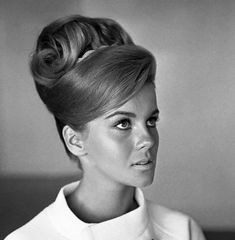 99 Awesome Famous Vintage Hairstyles In Vintage Curl Tutorial, Mar­a Félix, Ann Margret Feel & Look Vintage with these 50 Superb Hairstyles. 1960 Hairstyles, Vintage Hairstyles, Wedding Hairstyles, Beehive Hairstyles, Fashion Hairstyles, Ann Margret, Look Vintage, Vintage Beauty, Vintage Waves