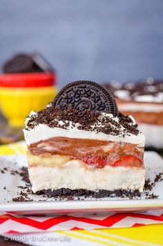 No Bake Banana Split Oreo Dessert - no bake banana cheesecake with bananas, strawberries, and chocolate pudding for a delicious banana split treat Oreo Pudding Dessert, Oreo Dessert Easy, Oreo Dessert Recipes, Quick Easy Desserts, No Bake Desserts, Just Desserts, Delicious Desserts, Cake Recipes, Chocolate Pudding