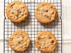 Your Chocolate Chip Cookies Can Be Even Better. tips (and recipe) for making the best chocolate chip cookies Perfect Chocolate Chip Cookies, Melting Chocolate Chips, Melted Chocolate, Cookies Soft, Baking Chocolate, Chocolate Recipes, Köstliche Desserts, Delicious Desserts, Dessert Recipes