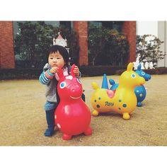 Instagram media miki06111011 - 支援センターのお話し会に参加してきました。絵本や紙芝居の読み聞かせや、わらべ歌で遊んだり。初めての体験だから 大人しく固まるかなぁと思ったら、奇声を発してテンション高くなっちゃうタイプでした☺︎♫ ロディに座れるようになりました☺︎♫ そしてロディより車に夢中 #ig_kidsphoto #kids_japan  #ムスメ #igfamily_friends  #11ヶ月 #ロディ