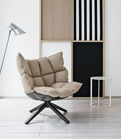 Wegzakken in de super comfortabale HUSK stoel van B&B Italia - Roomed | roomed.nl