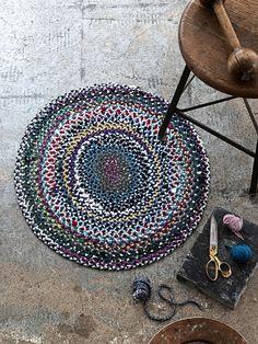 Tee pyöreä matto palmikoiden ja ommellen. Kuteeksi voit leikata vanhoja vaatteita ja lakanoita.