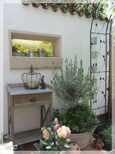 Frühjahr 2014 - Die Ecke nochmal von der Terrassenseite, mit kleinem Pflanztisch und ein wenig Deko