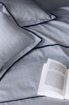 NINA RICCI MAISON - linge de lit Théorème - Le micromotif géométrique théorème, emprunté du vestiaire masculin, joue sur deux échelles sur un satin de coton et s'habillent d'une frange bleu nuit.